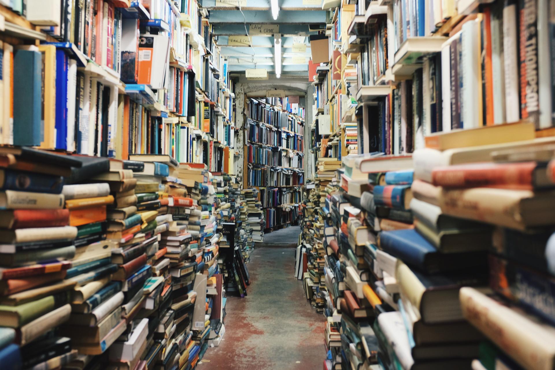 ぎっしりと本が詰め込まれた本棚の写真