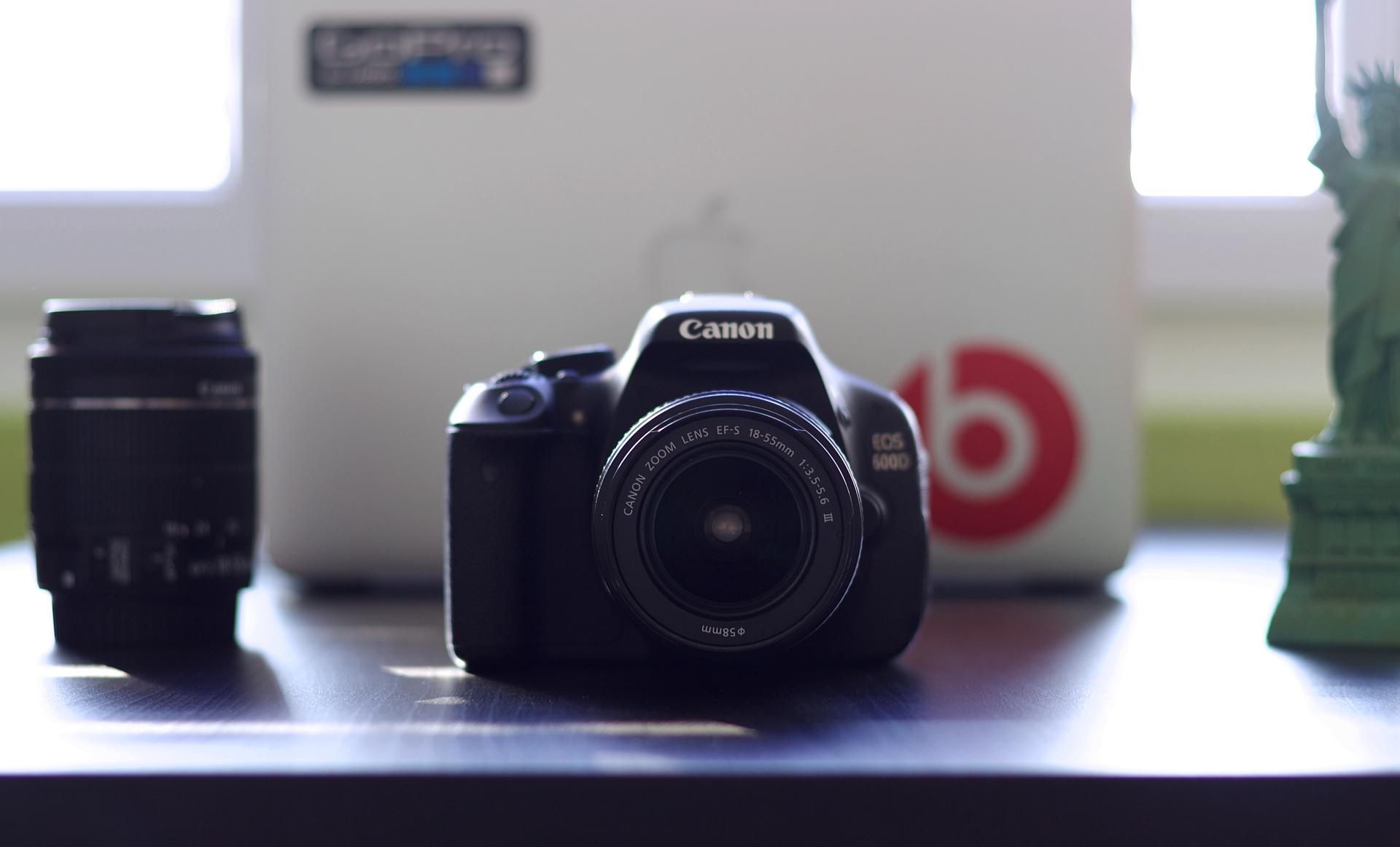 一眼レフカメラとレンズの写った写真