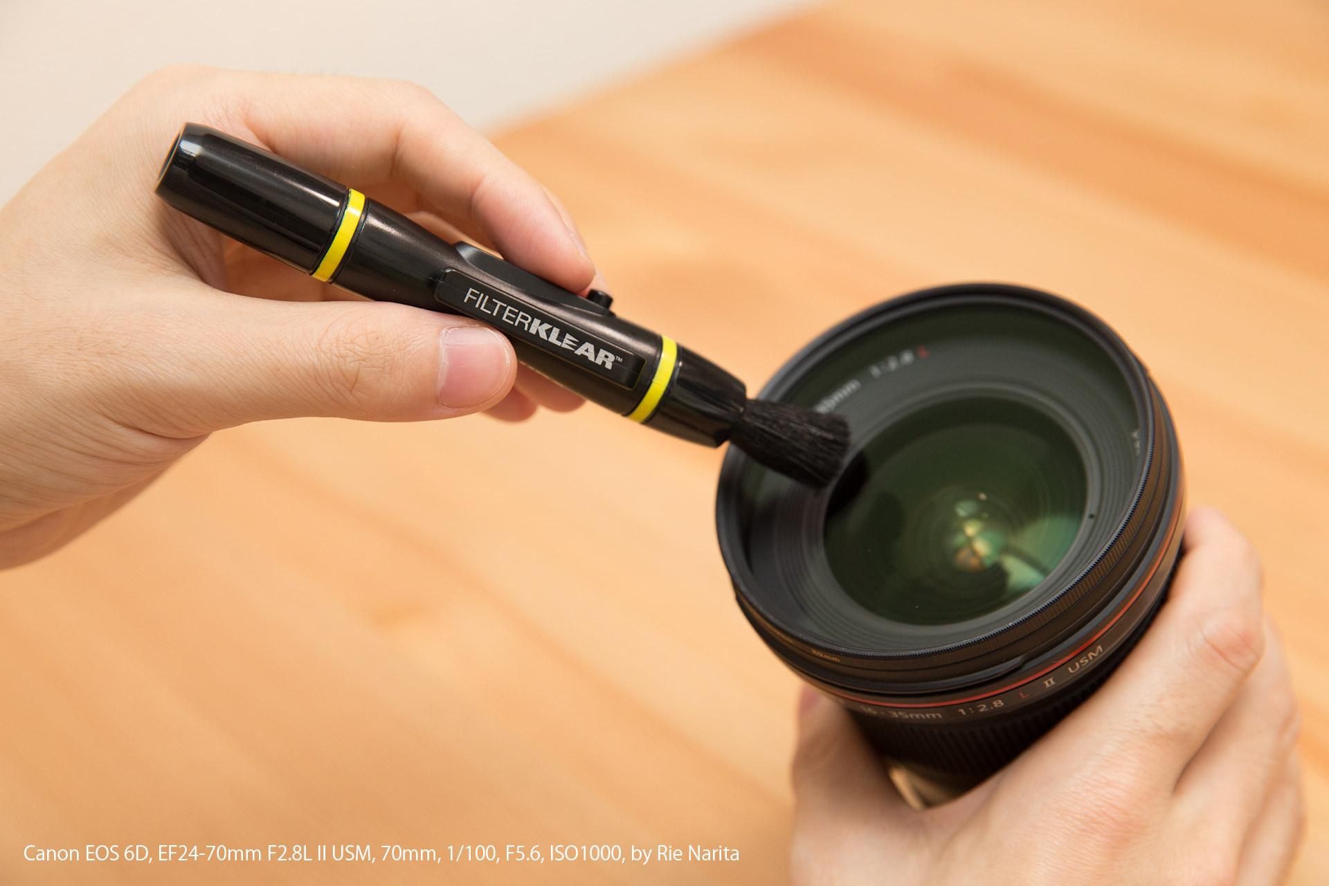 HAKUBAのレンズペン(フィルター用)でレンズフィルターのホコリを払っているところ