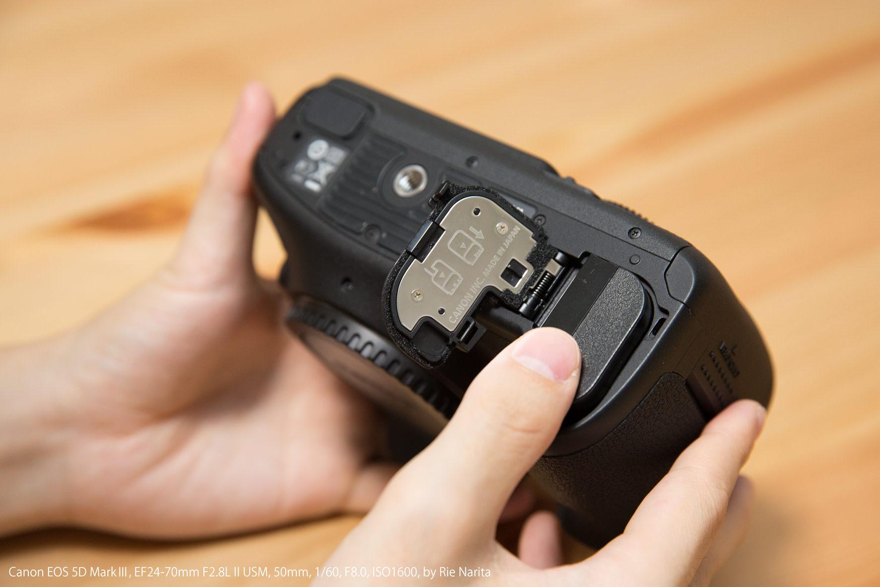 カメラボディの電池室にバッテリーを装着しているところ