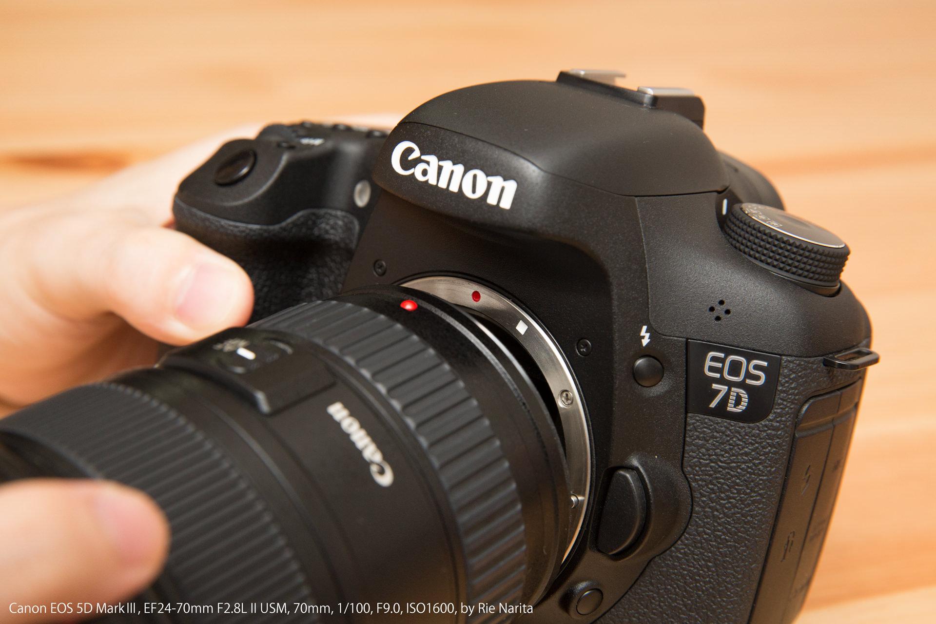 カメラとレンズの取り付け指標(赤い印)を合わせているところ