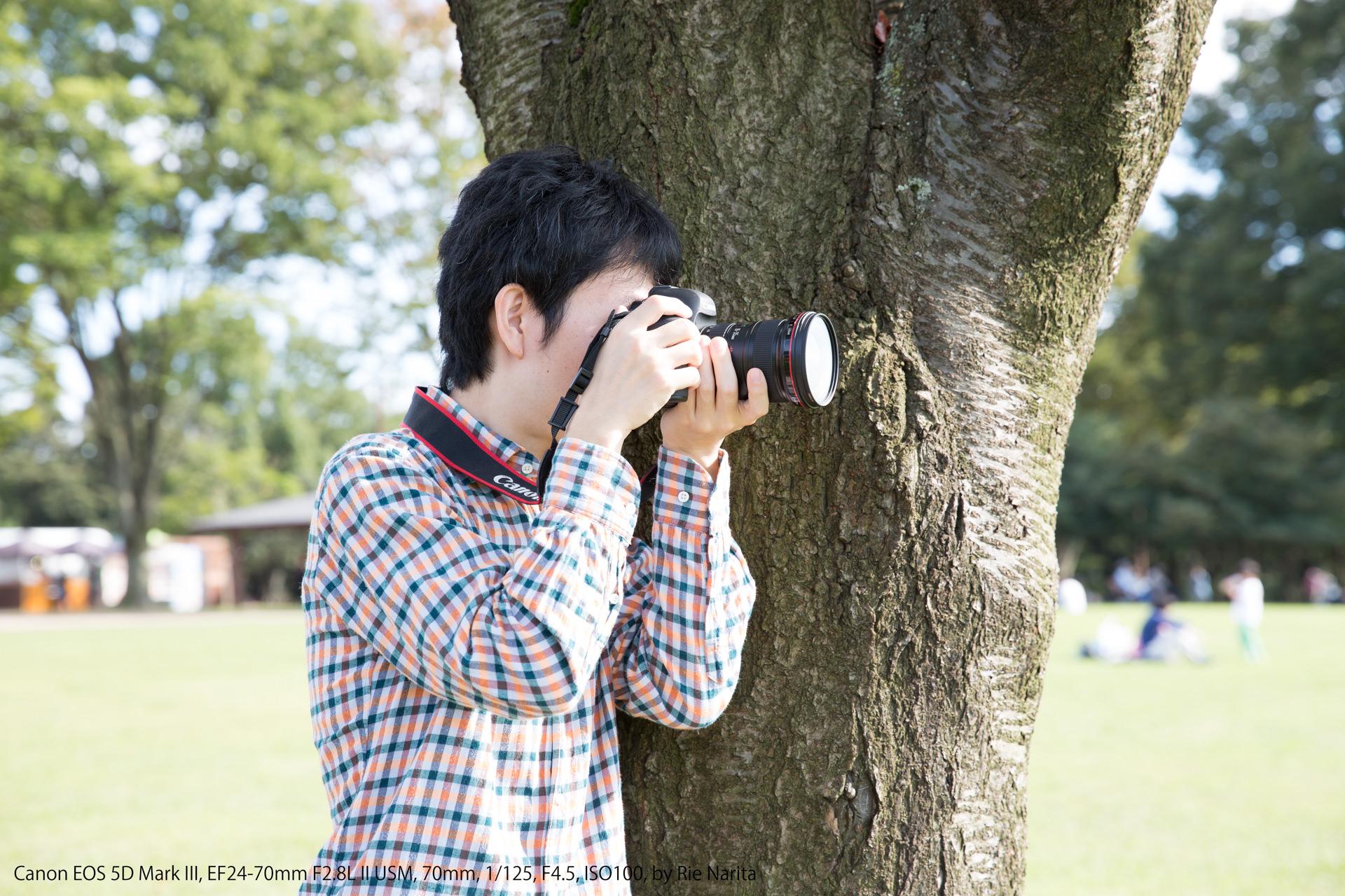 木にもたれかかって安定させるカメラの構え方