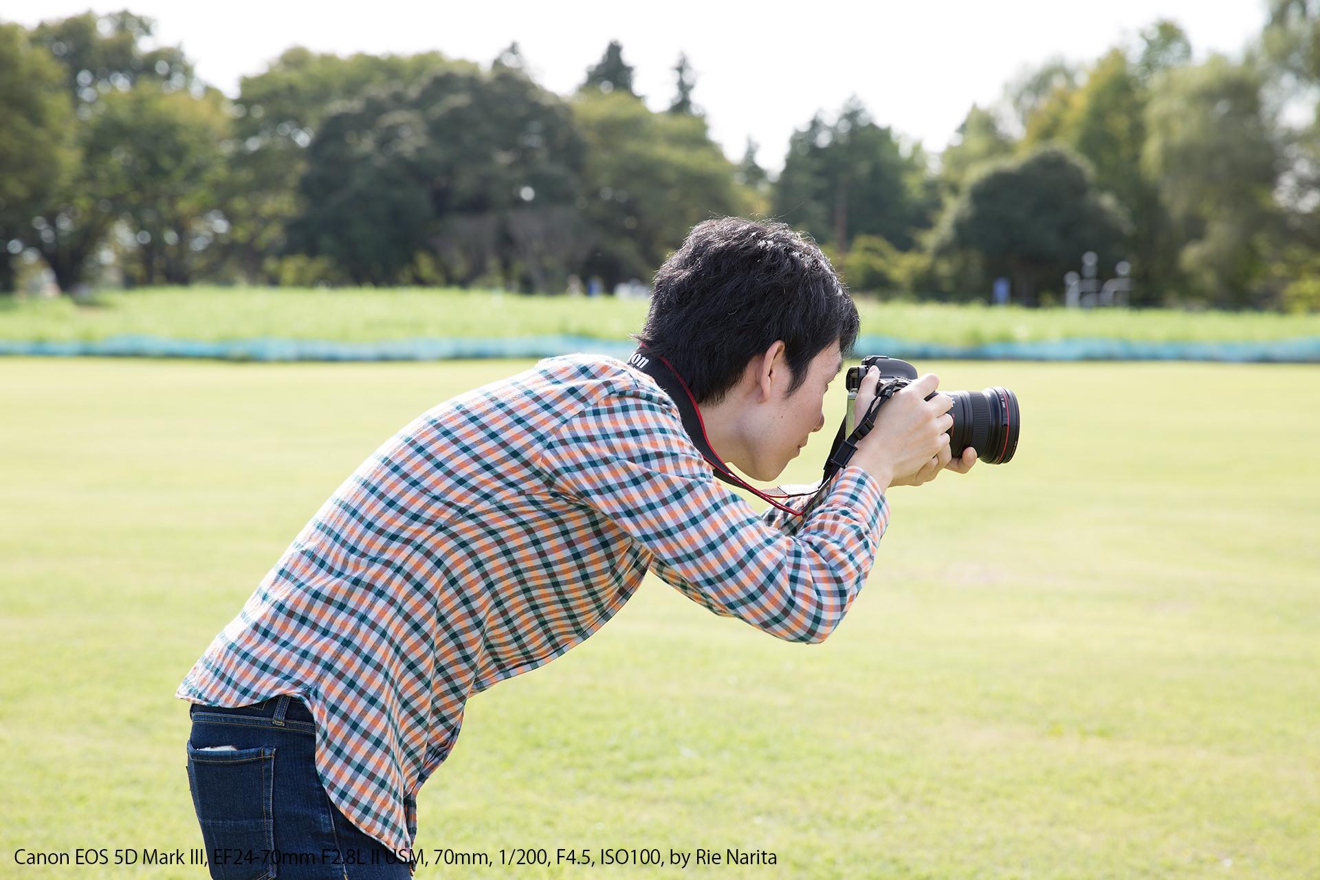不安定な姿勢でカメラを構えているところ