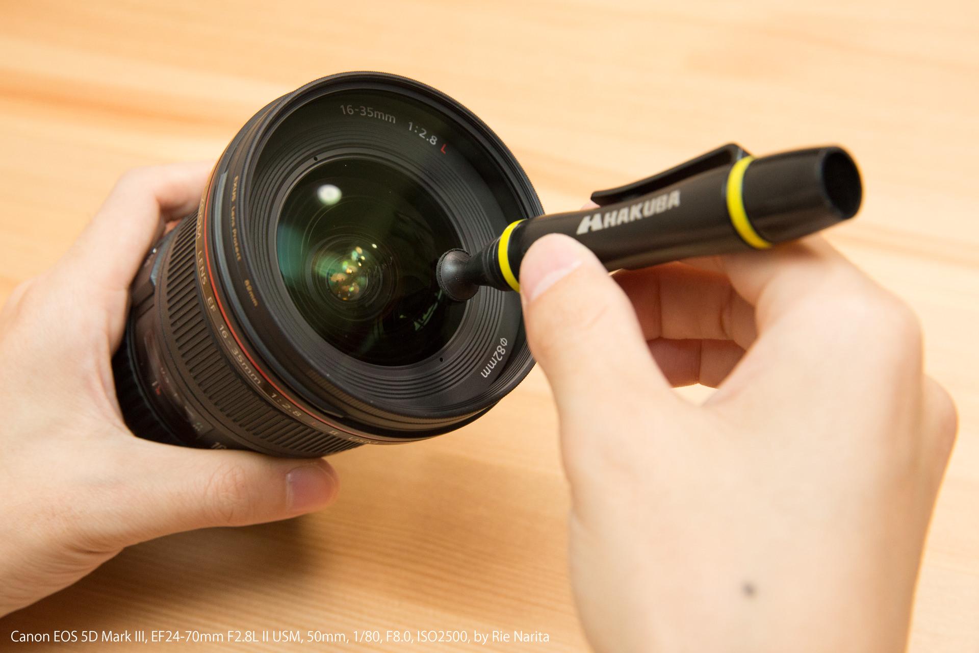レンズ表面についた指紋をレンズペンで拭き取っているところ