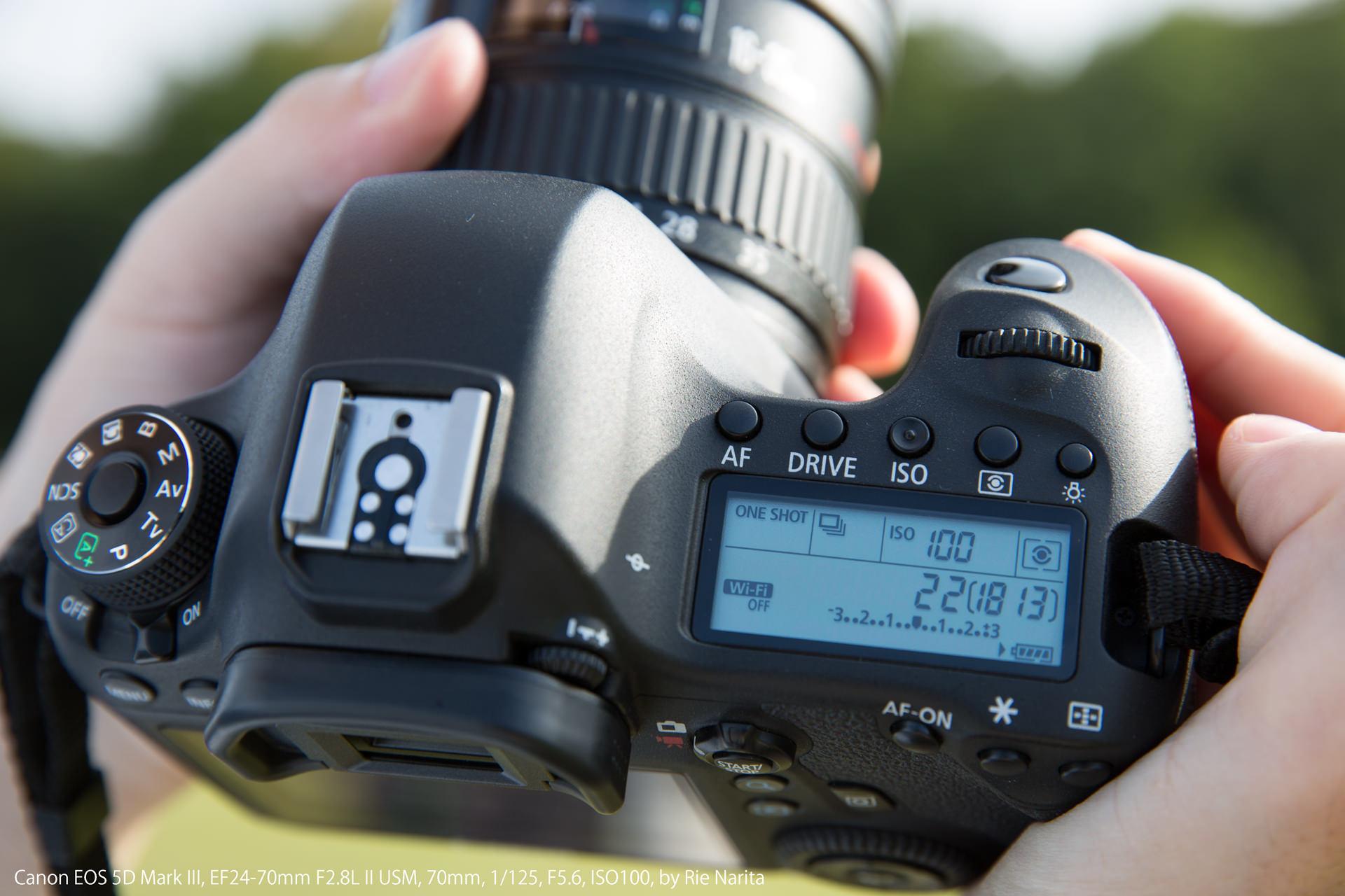F値を「F22」、ISO感度を「ISO100」に設定した一眼レフカメラ