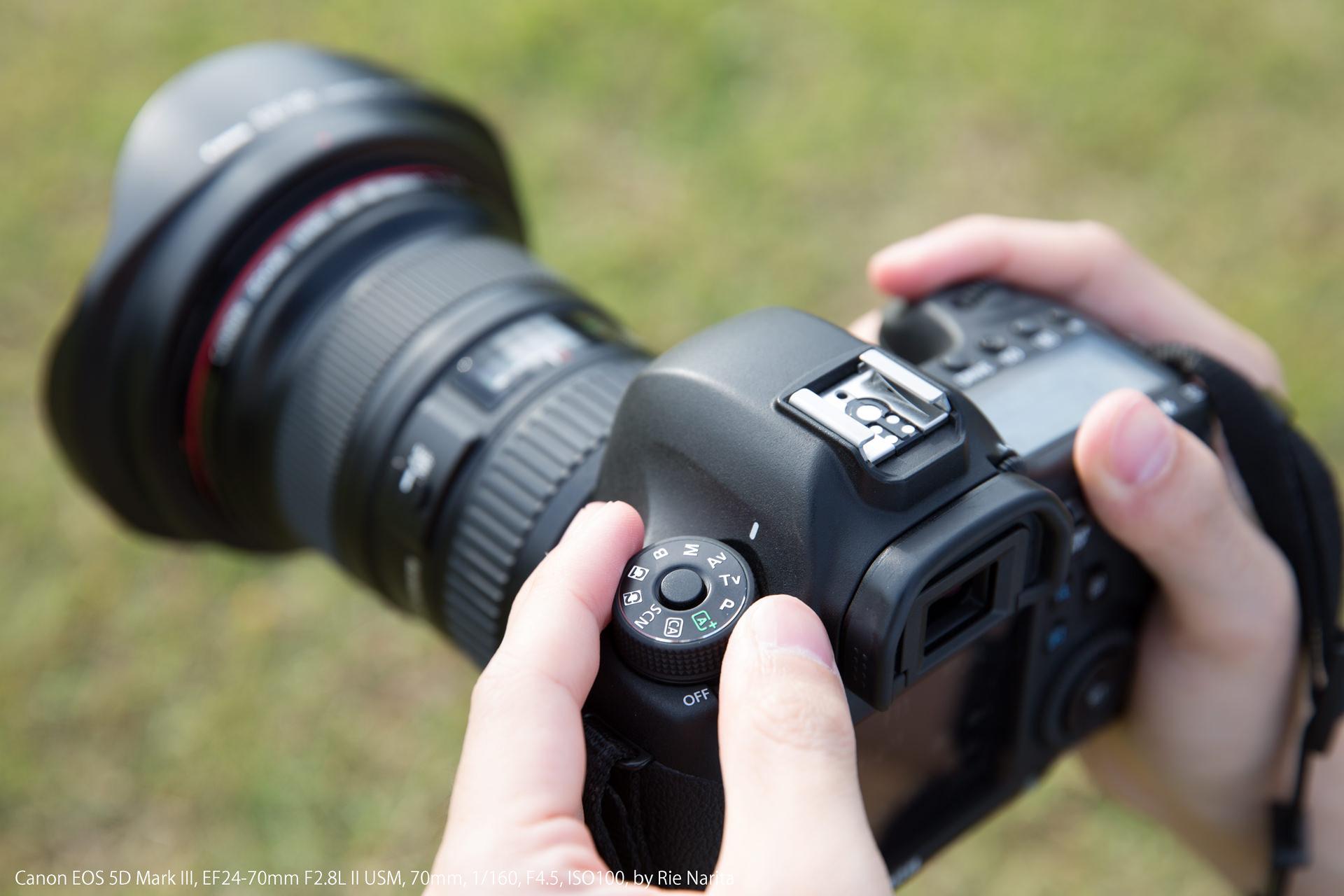 撮影モードを「絞り優先モード(Av/A)」に設定した一眼レフカメラ