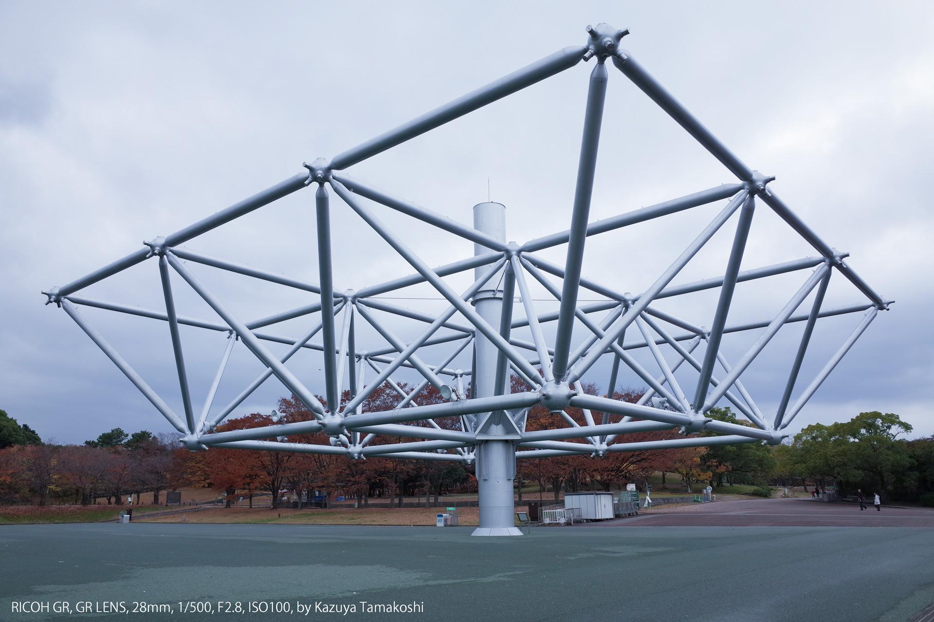 曇り空の万博記念公園のモニュメントの写真