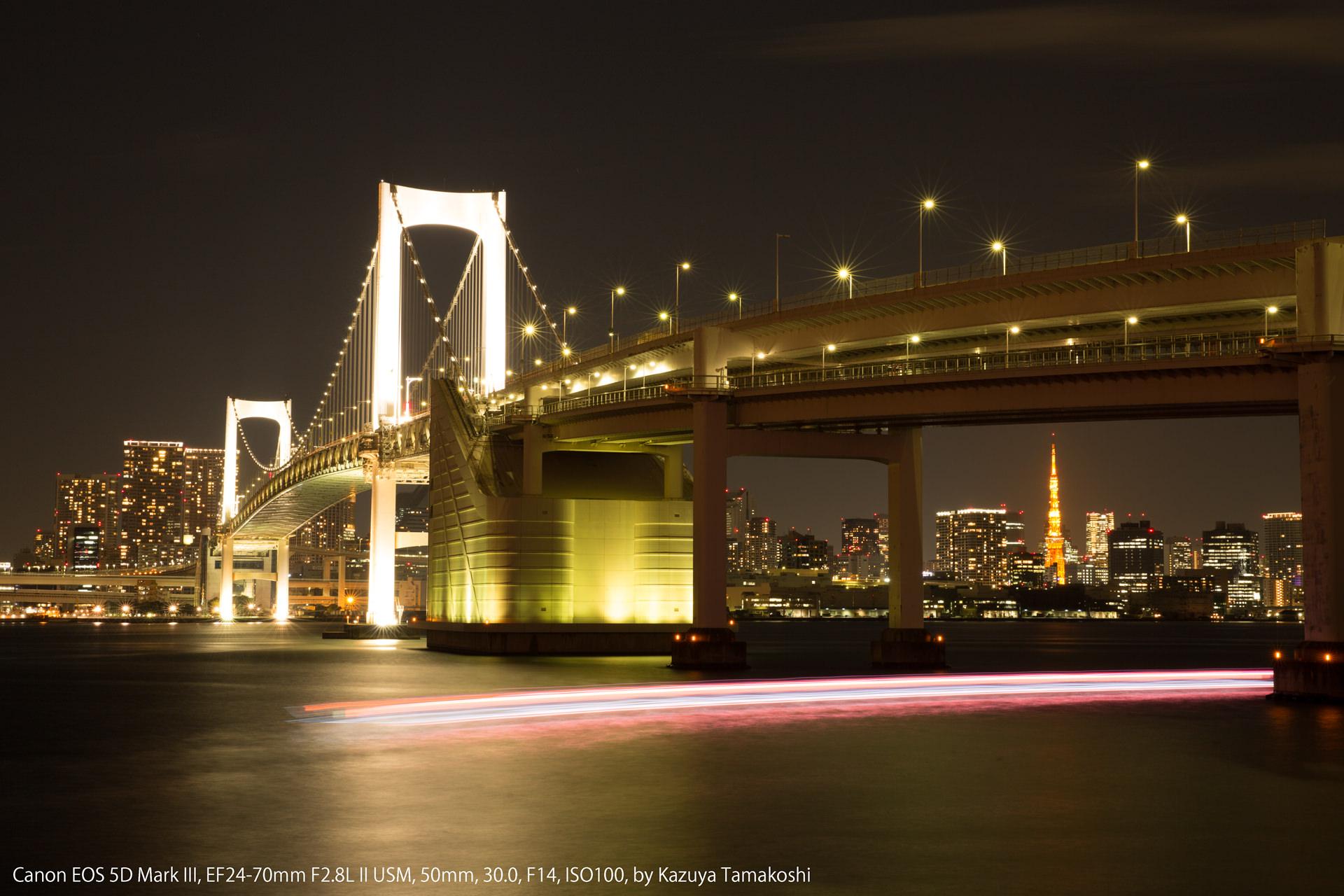 「くもり」モードで撮影した夜のレインボーブリッジ