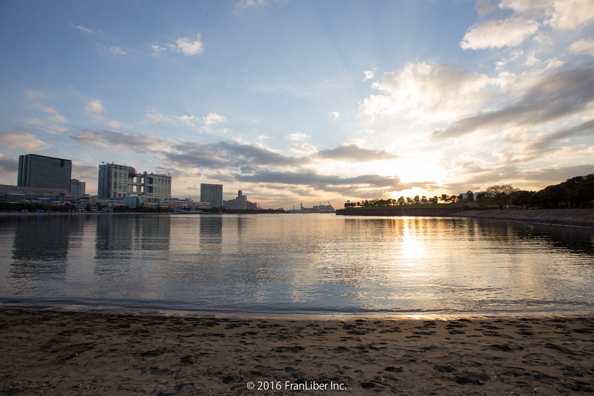 夕焼けが綺麗なお台場海浜公園の砂浜