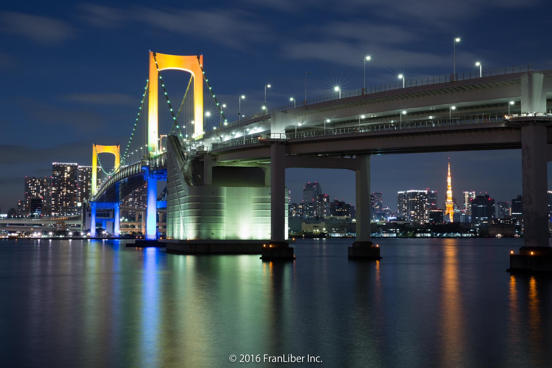 台場公園から撮影したライトアップされたレインボーブリッジ