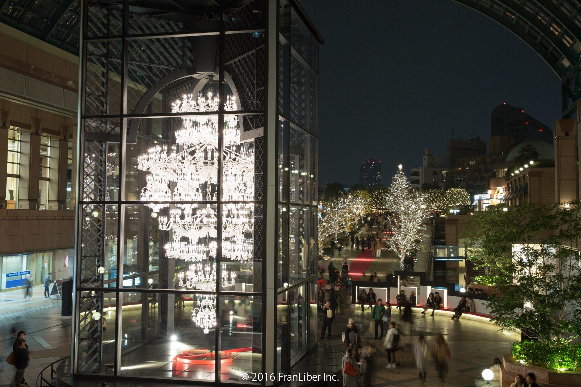 バカラシャンデリアとガーデンプレイスの広場