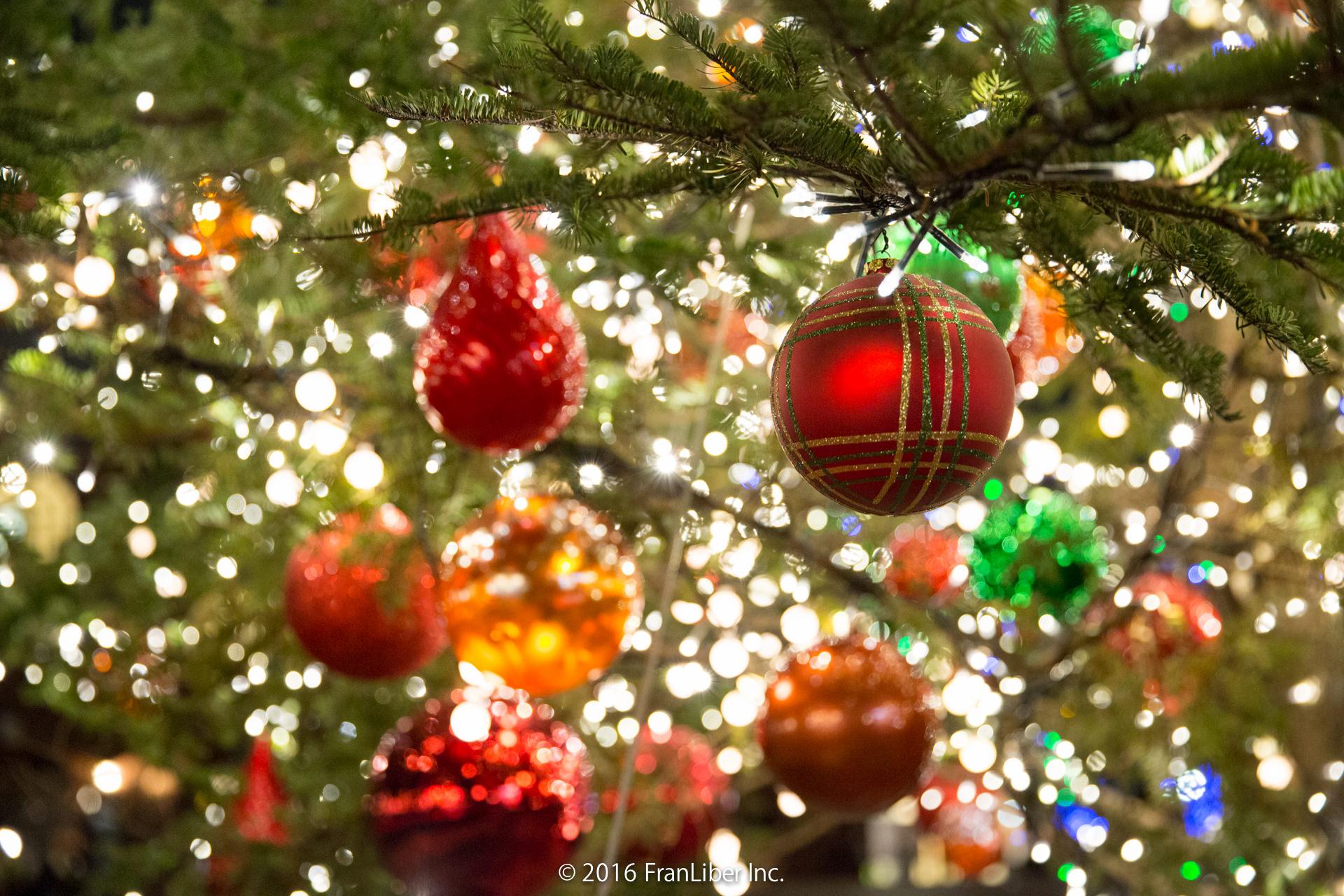 クリスマスツリーのボール飾り