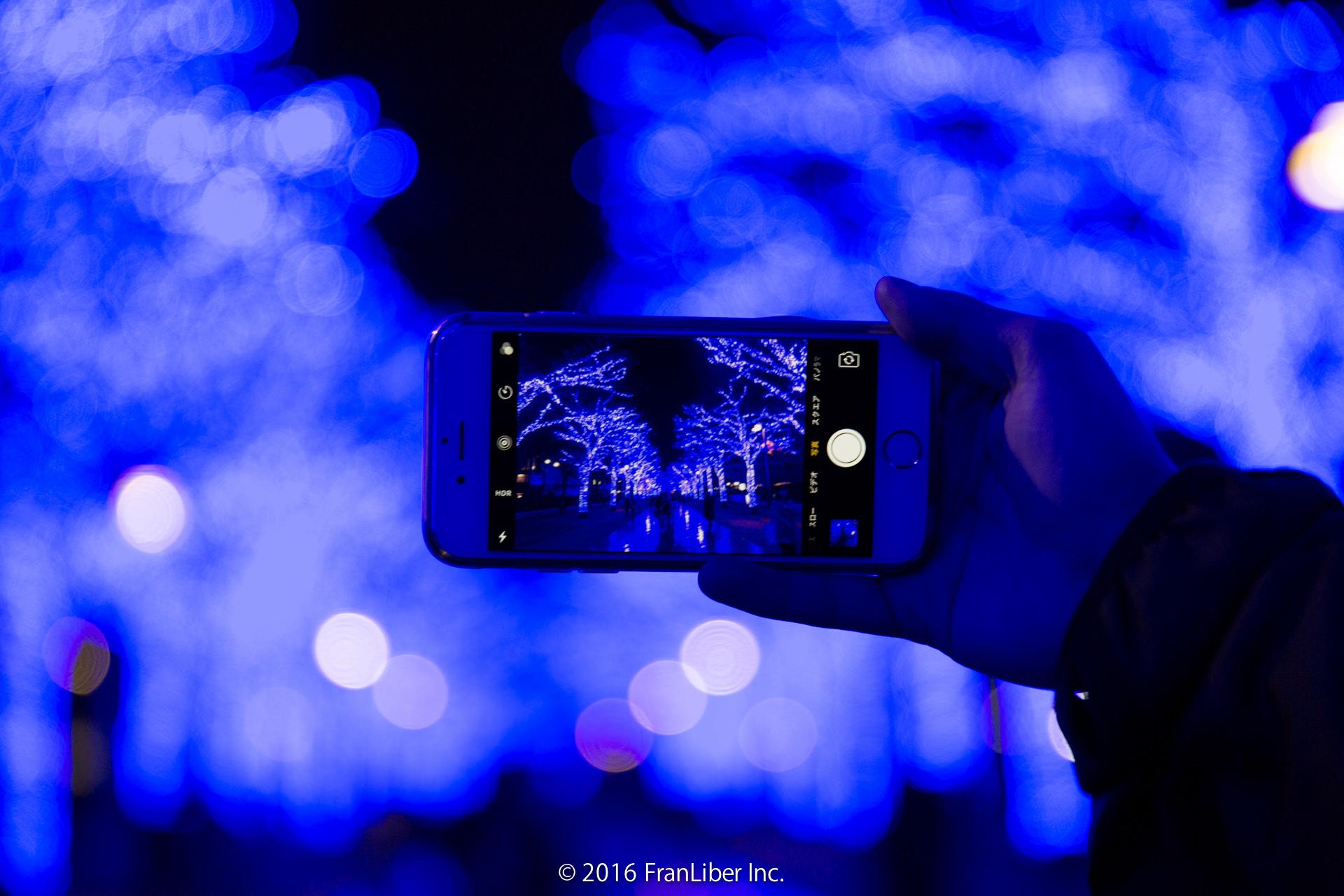 iPhone越しに観る青の洞窟