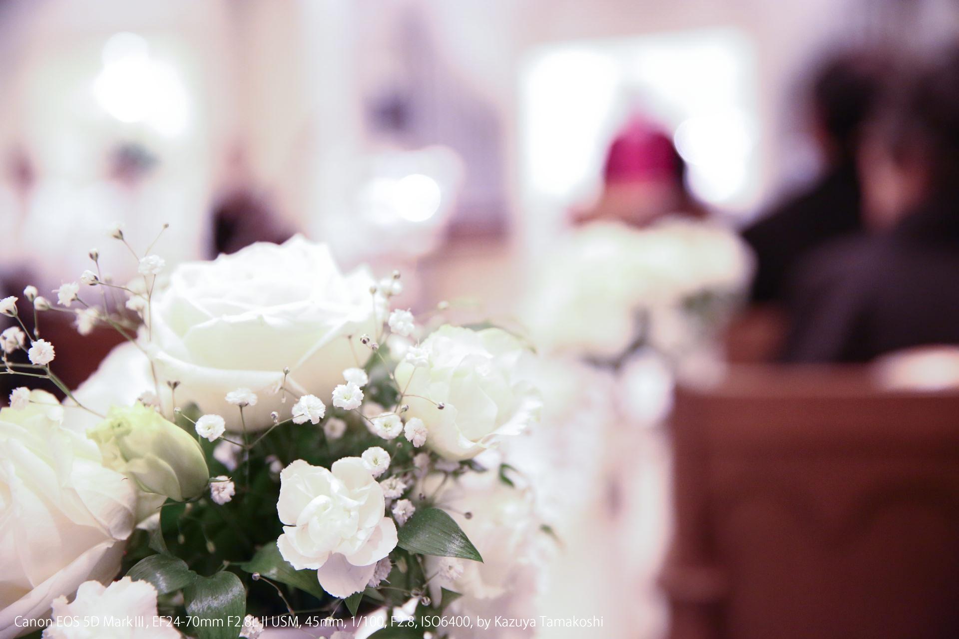 チャペルのバージンロードに飾られた白い花