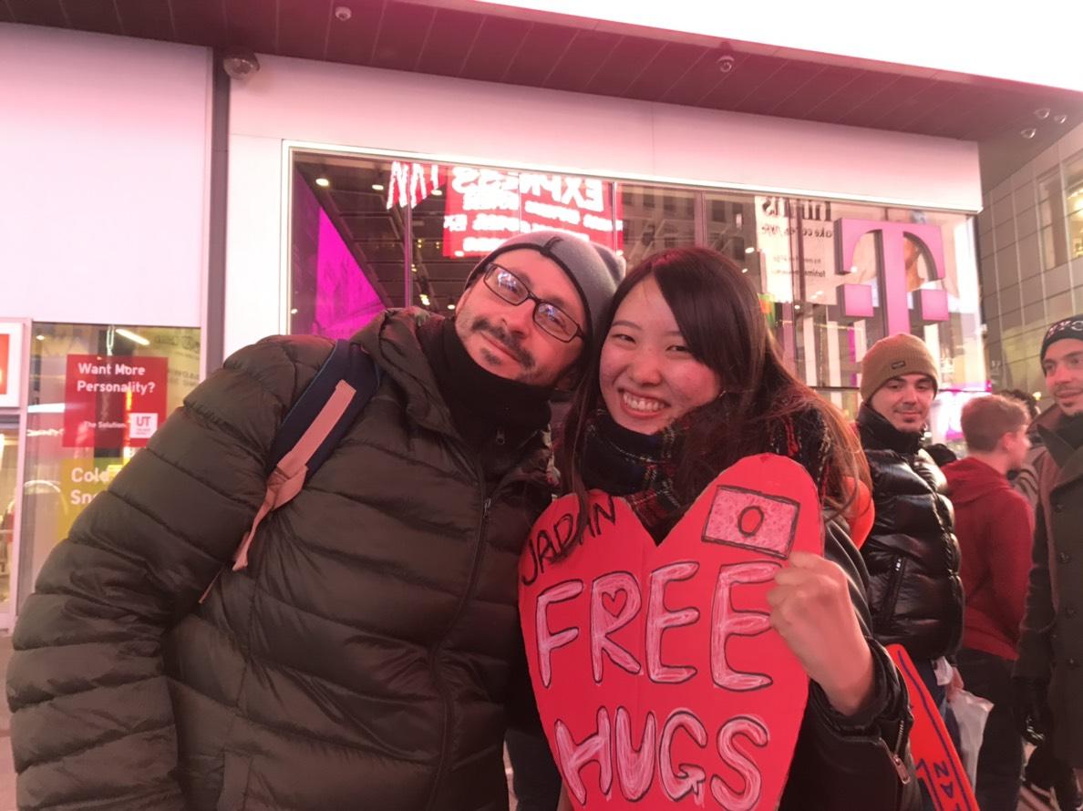 人見知りだった女子大生が、タイムズスクエアで1人フリーハグをやってみた!