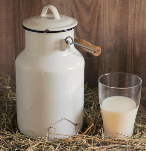 牛乳ビンとコップ
