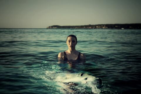 女性とサメ