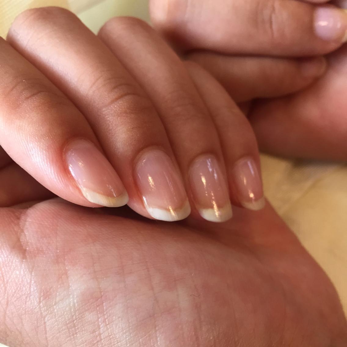 自爪を健康に導くケア    『メディケアネイル』お仕事柄ネイルのできない方などにオススメ!          ジェルネイルでちょっと疲れ気味の爪のメンテナンスにも最適です