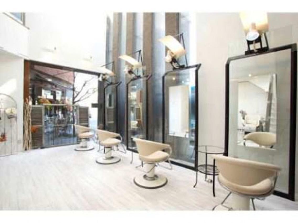 駅から徒歩5分!有名カリスマ美容師のプロデュースサロン✨全てのメニューにトリートメント付き❤️