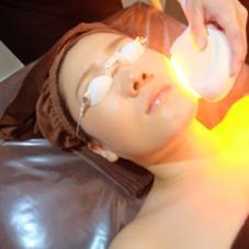 """HOTSLIMの【 光フェイシャル 】は""""化粧をしたまま""""でOK♪特殊な光を当てるだけ♪"""