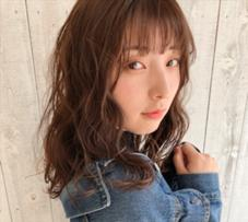 em HAIR所属の馬目涼介/カラーデザイナー
