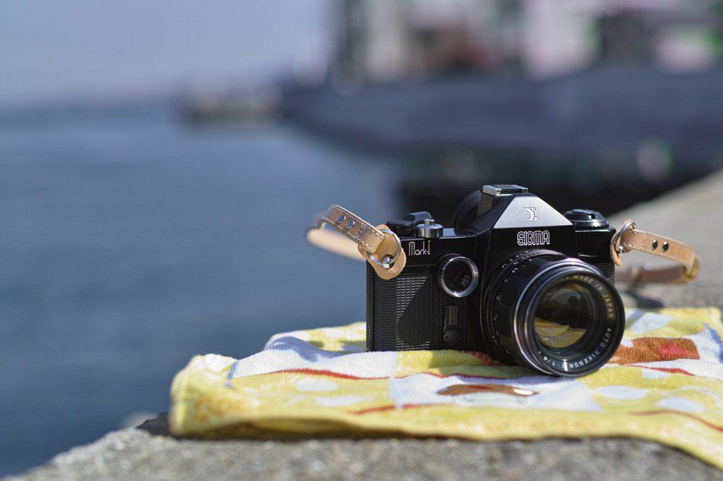 海岸線沿いに置かれたカメラ