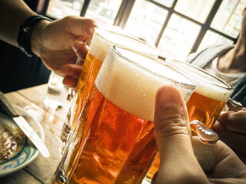 ビールグラスを掲げる手
