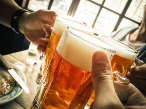 ビールを掲げる手