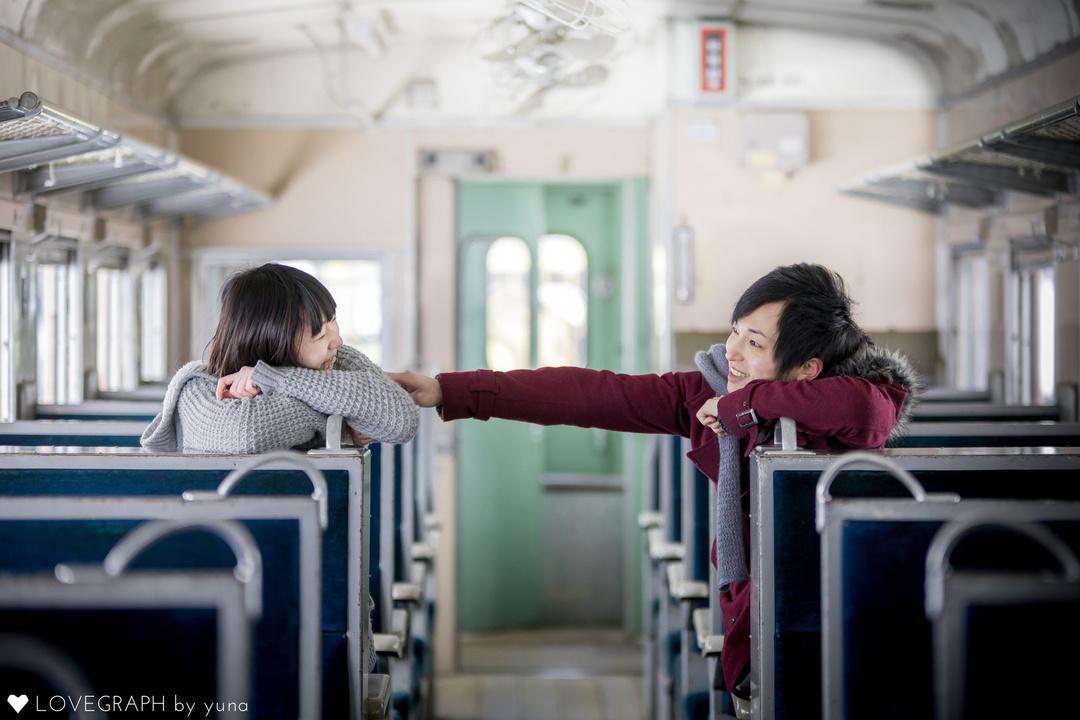 電車の中で談笑する男女