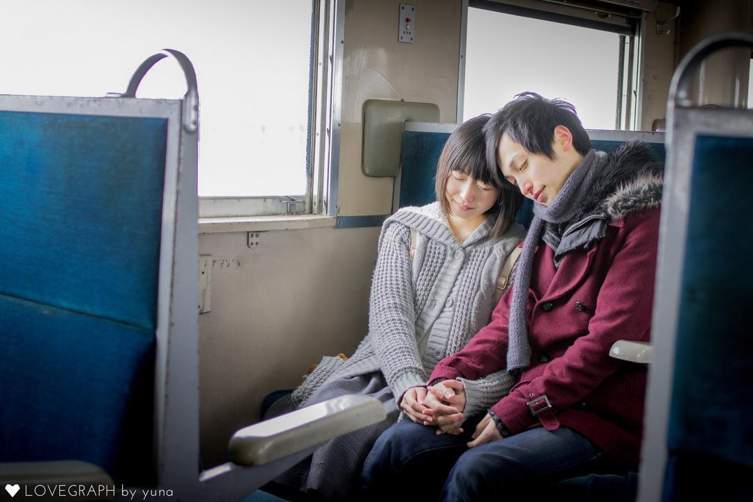 電車の中で寄り添う男女
