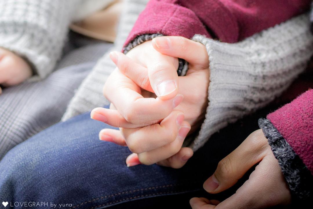 握られた手