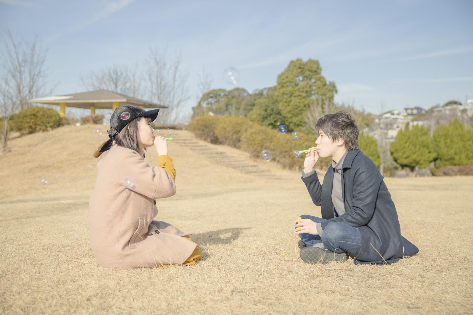 公園で風船で遊ぶカップル
