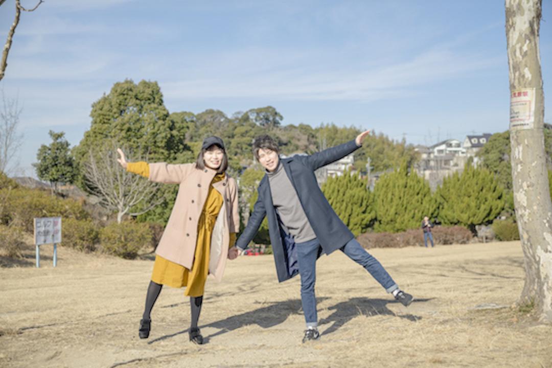 公園で楽しく遊ぶカップル