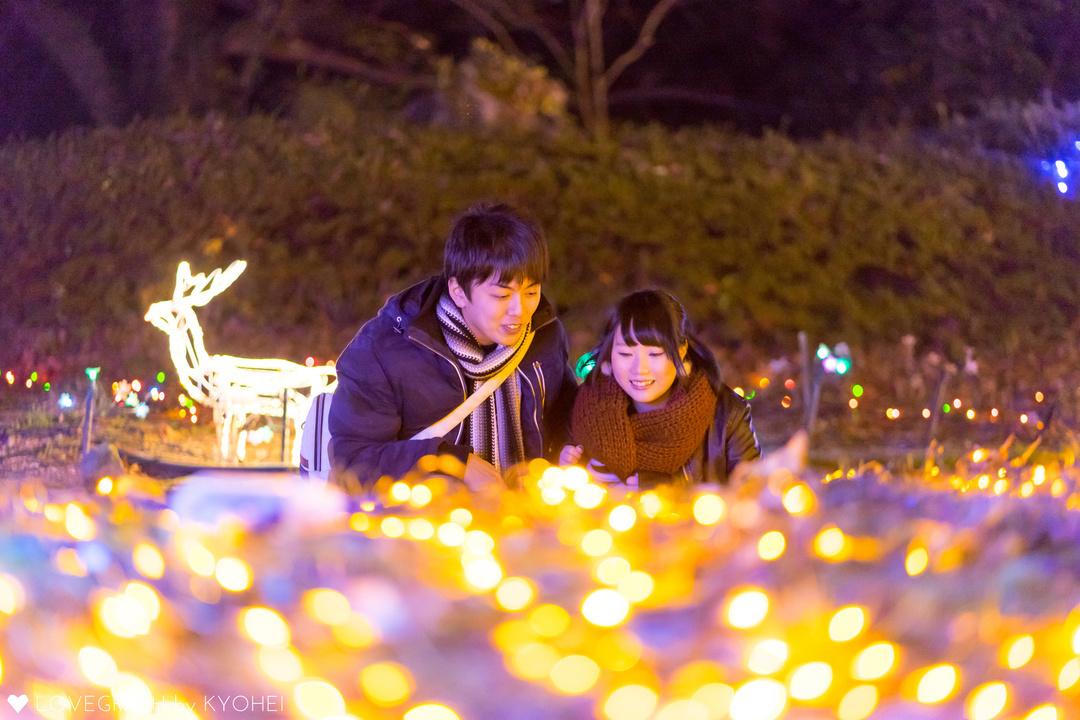 冬の夜空の下、デートをするカップル