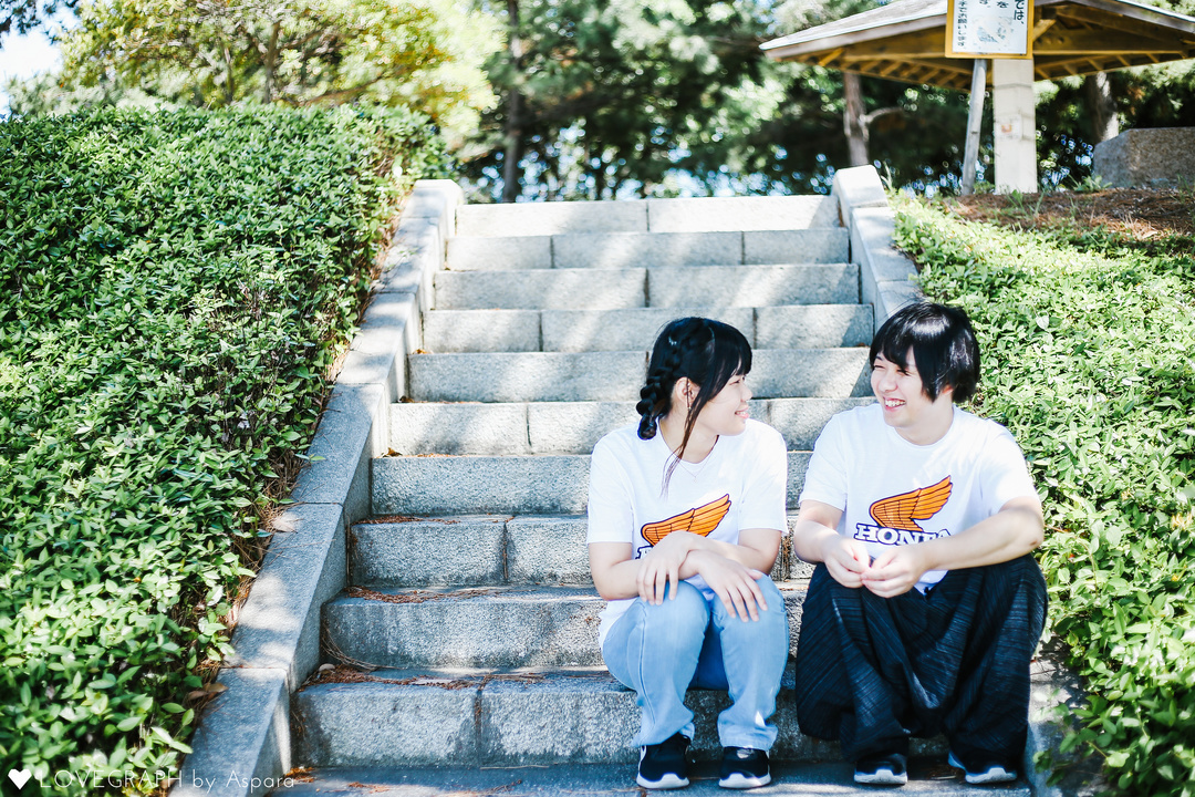 階段で並んで腰掛ける男女
