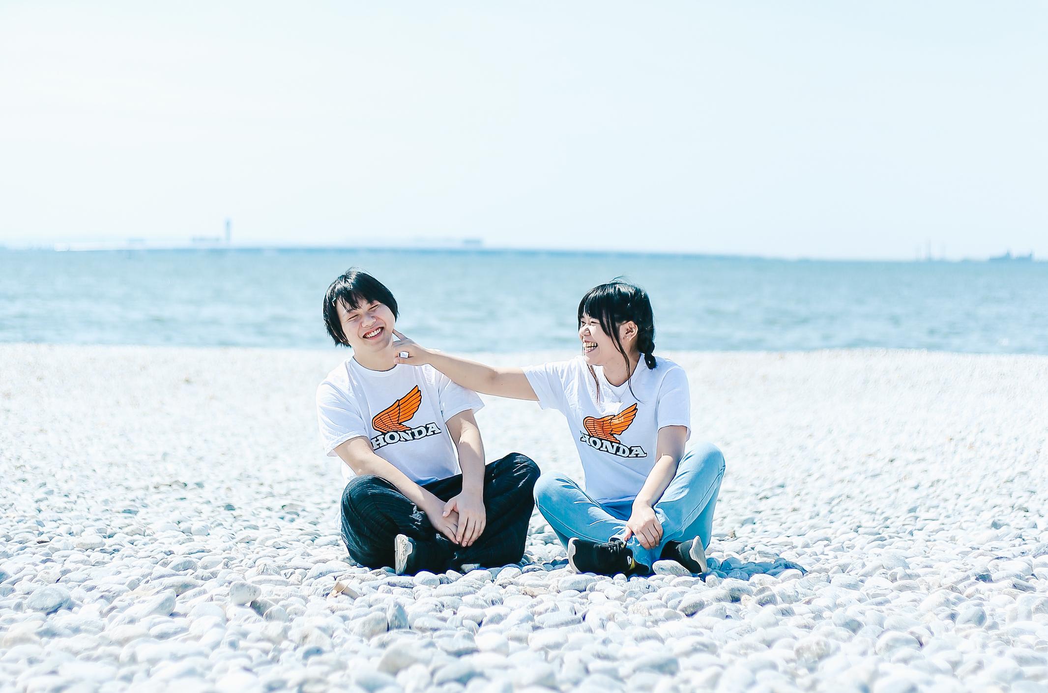 浜辺でじゃれ合う男女
