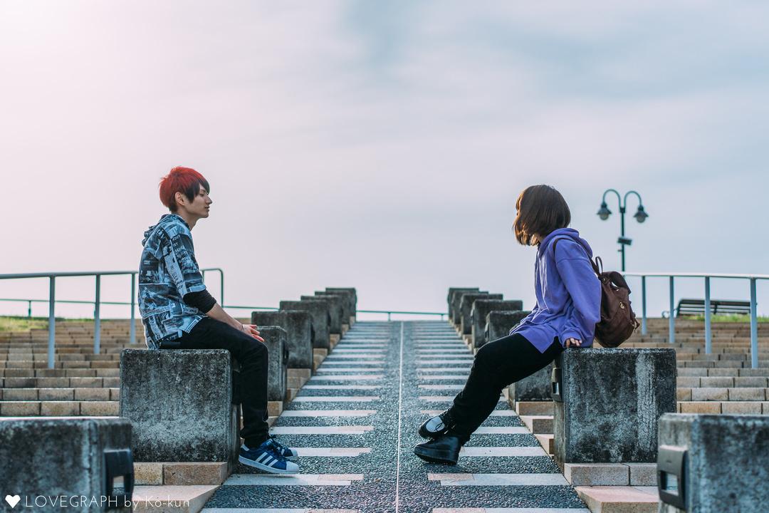 階段に向かい合って座る男女