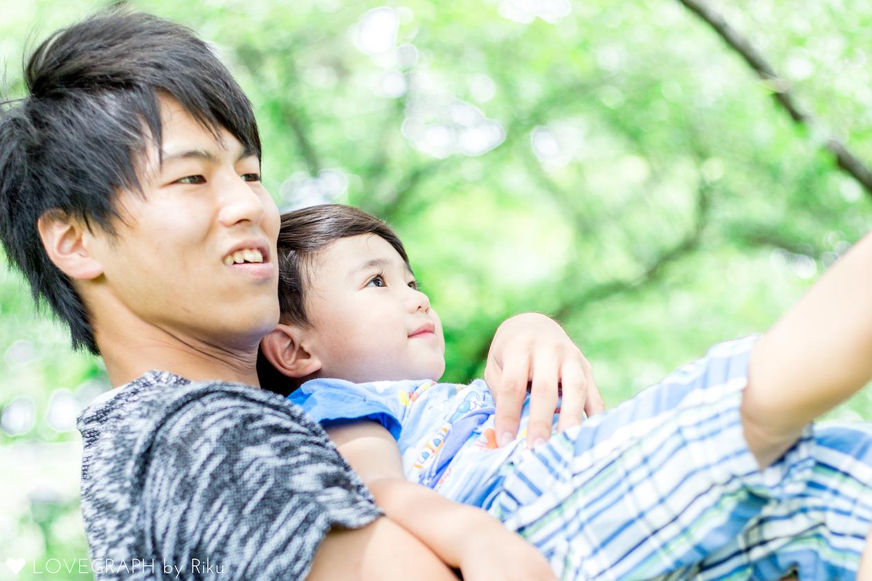 公園で子供を抱く男性