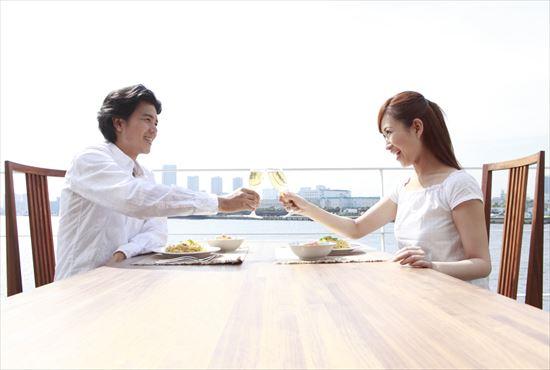 デートで乾杯するカップル