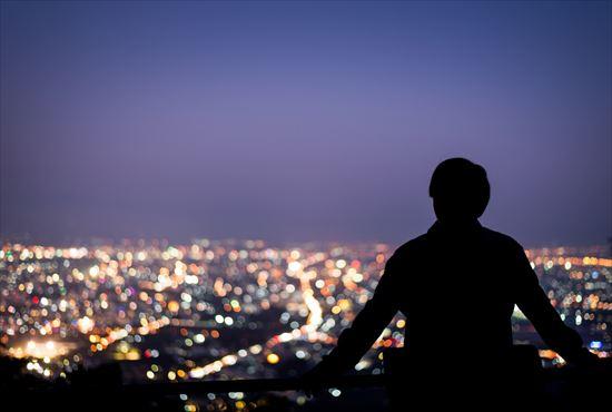 夜景と男性