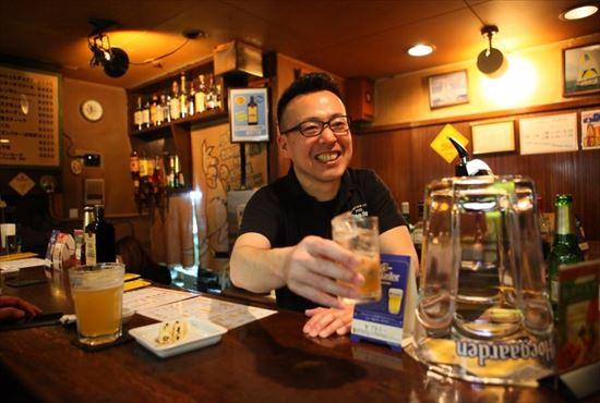 スタッフがお酒を提供している写真