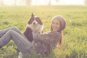 犬と戯れる女性
