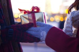 プレゼントを持つ男女の手