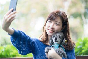 犬と自撮りする女性