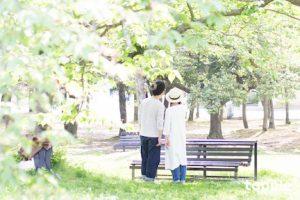 公園の中をデートするカップル