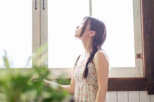 窓を見上げる女性