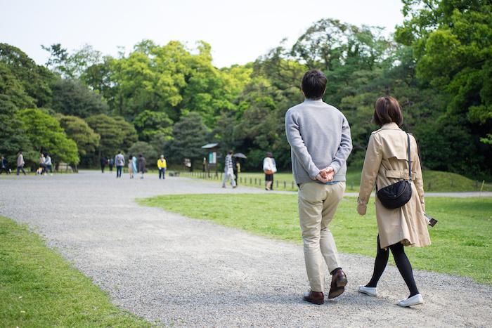公園デートする二人