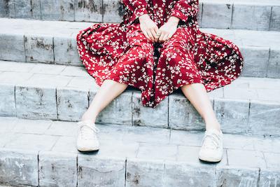階段に腰掛ける女性