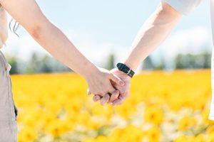 手を繋いでいる写真