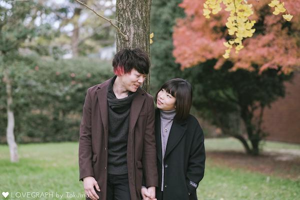 冬の公園でデートする二人